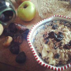 Porridge con  le mele del contadino di fiducia e i fichi delle nostre piante ( essiccati al sole). 💛🌱🌼 #buongiorno #mamxmam#mamxmam_food #mammaiutamamma #tentarnoncuoce #paroladimamma #womoms_official #womoms #incucinaconleinstamamme #veganitalia #colazionesana #healthyfood #eatclean #glutenfreevegan #colazionevegana #whatveganseat #plantbased #veganfoodporn #senzaglutine #bellobuonoesano #veganmom #veganrevolution #crueltyfree #iomangiosostenibile #notonlymama  Yummery - best recipes…