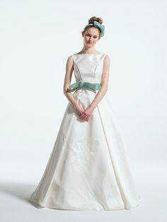 ジュリエット ローザ(JULIET ROSA)  上質&シンプルなボートネックのAラインドレスは、ウエストマークされたブルーのリボンがキュートなアクセントに。