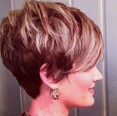 How to style the Pixie cut? Despite what we think of short cuts , it is possible to play with his hair and to style his Pixie cut as he pleases. Short Pixie Haircuts, Hairstyles Haircuts, Shaggy Pixie, Hairstyles Videos, Long Pixie, Short Hair Cuts For Women, Short Hairstyles For Women, Simple Hairstyles, Short Cuts