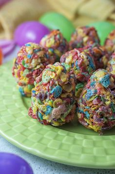 These Fruity Pebble Easter eggs dessert treats are made with three ingredients: cereal, marshmallows and butter for a fun, easy, no-bake holiday treat! Easter Snacks, Easter Treats, Easter Recipes, Easter Desserts, Easter Food, Desserts Ostern, Köstliche Desserts, Dessert Recipes, Candy Recipes