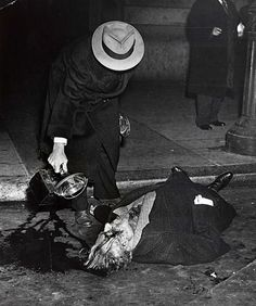 Arthur (Weegee) Fellig Man shining light on body of Carlo Tresca, New Museum of the City of New York. Weegee Photography, Ukraine, Chicago Outfit, Mafia Gangster, Forensics, Dead Man, Gangsters, History, Public Enemies