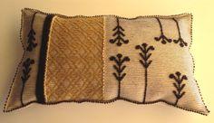 """Cuscino Medio 75x125 cm, realizzato a mano con le tecniche """"Pibiones"""", """"Aramu"""" e """"LItzos"""". Materiali: 80% lana, 20% cotone.."""