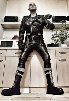skinhead in leather Mens Leather Pants, Tight Leather Pants, Motorcycle Leather, Biker Leather, Leather Skin, Leather Boots, Skinhead Men, Skinhead Boots, Mode Shorts