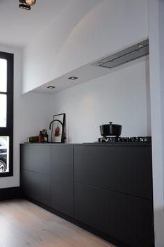 Dé keukenspecialist in handgemaakte en unieke designkeukens met A-merk keukenapparatuur. Bekijk de keukens in ons Keuken Experience Center en ontvang deskundig advies en een ontwerp op maat.