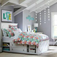chambre de fille ado avec murs gris et plafond en bois blanc