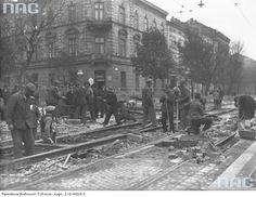 Robotnicy układający torowisko nowej linii tramwajowej na ul. Rakowickiej.