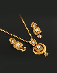 Discover latest collection in traditional pendant set, gold pendant set, antique pendant and beautiful pearl pendant for women at lowest price in India. Jewelry Design Earrings, Gold Earrings Designs, Gold Jewellery Design, Jewelry Art, Gold Jewelry Simple, Golden Jewelry, Pendant Set, Gold Pendant, Antique Gold