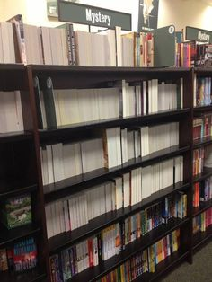 Sección de libros de misterio en una librería.