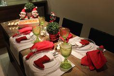 Mesa posta de Natal para um jantar em família usando suporte para talher de botinha de Papai Noel
