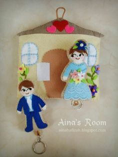 ^o^ Well, this is a couple of doll keychains and the house as holder that I made for a friend who got married ye. Wedding Doll, Felt Dolls, Got Married, Cotton Fabric, Christmas Ornaments, Holiday Decor, Crafts, Home Decor, Manualidades
