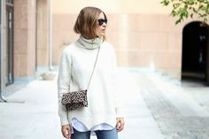 fashion-blogger-sara-strand-turtleneck-outfit_street_style_ripped_jeans_2