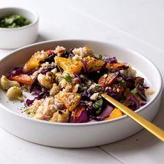 Ich bewege mich momentan irgendwo zwischen Winterschlaf und Frühjahrsmüdigkeit. Mir fehlt Farbe; in der grauen Stadt und auch in der Gemüseabteilung. Mein Herz verlangt nach Beeren, Melone und knackig-frischem Salat. Gibt's aber nicht und deswegen kommt der Couscous-Salat mit Rotkohl, Blumenkohl, Möhren und zwei der letzten verfügbaren Orangen daher. So kommt zumindest etwas Farbe auf den Teller... dazu gibt's ein Tahin-Dressing, Koriander, Sesam und Sumac. Du willst auch, bevor Kohl und…