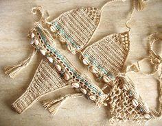 Bikini de crochet de encaje y sandalias pies descalzos adornados con conchas. Crochet el traje de baño de alta calidad del hilado. Retro, estilo chic boho. Seguro que será uno de los favoritos en la playa o la piscina. Las tazas del sujetador están bien formadas y ajustable debido a los
