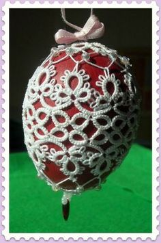 A nice tutorial on how to cover an egg with tatting - Not English but good visuals