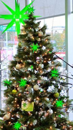 Green Christmas Tree decoration with a Herrnhut Star Chain and a 70cm Herrnhut plastic star. #mybrilliantstar #herrnhutstar #moravianstar