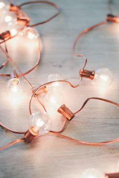 DIY Rose Gold Holiday Lights Not into the green holiday lights? DIY your very own this season and whip up a string of rose gold holiday lights. All you need is spray paint and lights! Rose Gold Rooms, Rose Gold Decor, Rose Gold Party Decorations, Rose Gold Bedroom Accessories, Wedding Centerpieces, Room Decor Bedroom Rose Gold, Aisle Decorations, Gold Home Decor, Office Accessories