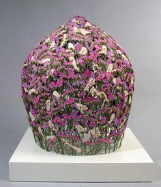 L'artiste espagnol Ignacio Canales Aracil crée des sculptures, qui rappellent des paniers inversés, en utilisant des fleurs pressées.  L'art de la fleur pressée remonte à des milliers d'années; les fleurs pressées auraient été découvertes dans un cercueil de la mère de Toutankhamon. Mais la méthode d'Aracil est un peu différente, s'appuyant sur de grands moules en forme de cône dans lesquels il place et tisse soigneusement à la main les fleurs cueillies par leur tige.
