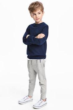 Beli lastikli ve büzgü bağlı, yan cepli, paçaları geniş ribanalı pantolon.