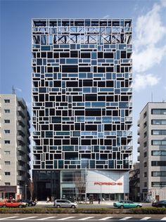 青山通り側の外装デザインは、アルミ型材でランダムなグリッドを組んだ。ガラスが入っている箇所が各階のバルコニーの手すりに当たる(写真:吉田 誠)