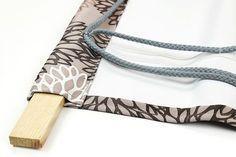 Kostenlose Nähanleitung für ein dekoratives Raffrollo von stoffe.de - Das Platzieren der Holzleiste
