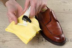 Ledermilch auf eine sauberes Schuhputztuch geben