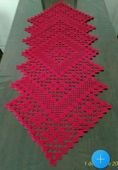 Filet Crochet, Crochet Doilies, Green Art, Red Green, Table Runners, Crochet Projects, Bohemian Rug, Crochet Patterns, Christmas Decorations