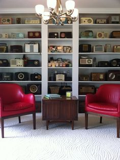 modern living room by Cat Anderson Design.This homeowner has a passion for collecting antique radios, and the thoughtful arrangement of them on these shelves makes this room interesting, unique and personal. Radio Design, Radio Antigua, Living Vintage, Retro Radios, Minimalist Living, Modern Living, Small Living, Living Spaces, Displaying Collections