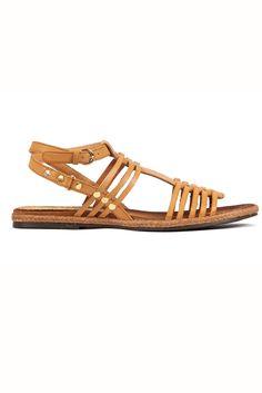 Accesorios must: las 4 tendencias en zapatos y bolsos imprescindibles de la temporada primavera/verano 2013. Sandalia romana con tachuelas doradas de Mustang (35 €).