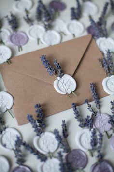 Sweet envelope seals with lavender- Sweet envelope seals with lavender Wedding invitation elegance with a wax seal & dried lavender - Wedding Cards, Our Wedding, Dream Wedding, Fall Wedding, Rustic Wedding, Wax Seal Stamp, Invitation Cards, Stamps For Wedding Invitations, Lavender Wedding Invitations