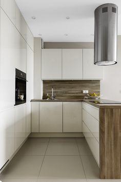 Weiße Grifflose Küchenfronten, Arbeistplatte Und Spritzschutz In Holzoptik