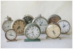 vintage table clocks $4 each This such a great idea for a New Year Eve wedding