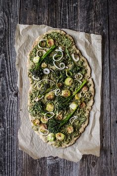 Very Green Vegan Pesto Pizza (and gluten-free!) | edibleperspective.com