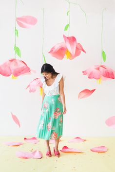 Giant Hanging Paper Flowers (Oh Happy Day! Hanging Paper Flowers, Paper Flower Backdrop, Hanging Paper Decorations, Diy Photo Backdrop, Photo Booth Props, Giant Paper Flowers, Diy Flowers, Party Props, Diy Party