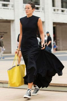 it-girl - vestido-preto-longo-tenis - tênis - meia estação - street style