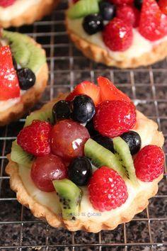 Tartaletas de frutas. Masa quebrada/hojaldre + crema pastelera + fruta edulcorada + gelatina para dar brillo