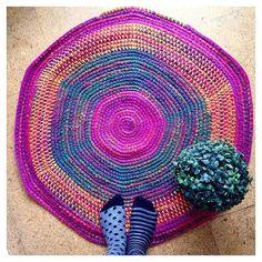 Bueeeenos días!!! Vuelta a la rutina!!! Esta semana entro en los 41 y no hay mejor manera de empezarla que poniendo los pies en mi #alfombra favorita! (Y pensando en tejer otraesta vez con cuerda) Como lo lleváis vosotr@s??? Feliz lunes! #tejeresmisuperpoder #instaknit #ganchillo #crochet #calceta #instaknit #instacrochet #crochetigers #knitting #crocheting #knittersoftheworld #puntosocialclub  #knittersdeverdad #weknit by luymou