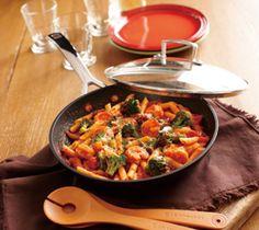 【海老とブロッコリーのペンネアラビアータ】フライパンひとつでできる、ピリ辛トマトソースのパスタ料理。冷めてもおいしく、お弁当にも活用できるイタリアンです。  http://lecreuset.jp/community/recipe/penne/