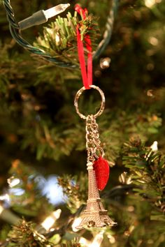 Travel Memory: Keychain Ornament- Simply collect a keychain from everywhere you travel, tie a ribbon on, and hang from your Christmas tree to always remember the fun adventures you've had.