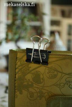 Lompakossa oleva nipistin pitää pullonpalautuskuitin tallessa ja muistissa kassalle saakka. - Wallet clip keeps your small but important papers safe until you need them.