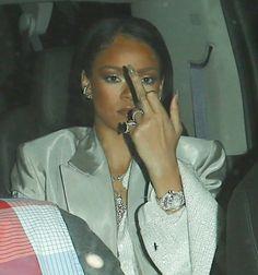 September Rihanna arriving at Drake's concert in Los Angeles Meme Rihanna, Rihanna Riri, Rihanna Style, Divas, Estilo Rihanna, Robin, Current Mood Meme, Bad Gal, Bad Girl Aesthetic