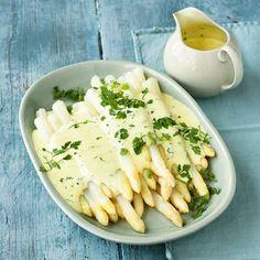 Spargel mit Kerbel-Zabaione - Es muss nicht immer Sauce hollandaise zum Spargel sein. Überrascht eure Gäste doch mal mit dieser feinen und frühlingsfrischen Zabaione beim nächsten Spargelessen!