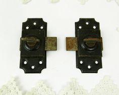2 francés antiguo de metal correderas cerraduras.  Negro pintado metal…