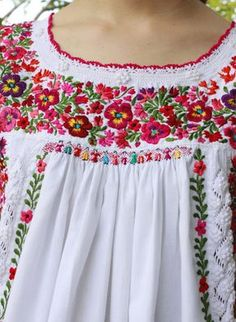 Mexican Embroidered Dress, Mexican Blouse, Mexican Embroidery, Mexican Dresses, Embroidered Clothes, Hand Embroidery Stitches, Embroidery Patterns, Embroidery Fashion, Embroidery Dress