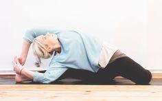 Perfekter Ausgleich zum stressigen Alltag: Yin Yoga. Hier gibt's 6 Übungen mit Lotuscrafts, die du ganz einfach zu Hause praktizieren kannst.