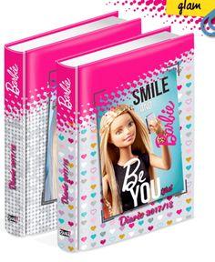 Barbie Glam completa la linea scuola con il diario datato 2017-2018. Tanto spazio nelle pagine a quadretti e tante attività   Il diario ha le date pre impostate per l'anno 2016-2017  Disegni assortiti.  Dimensioni:14x19 cm