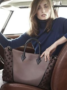 Louis Vuitton W bag, the new cabas. Andreea Diaconu by Karim Sadli for Louis Vuitton W bag Spring/Summer 2013 campaign. Love the color combo. Sac Speedy Louis Vuitton, Louis Vuitton Online, Louis Vuitton Wallet, Vuitton Bag, Louis Vuitton Handbags Black, Sacs Louis Vuiton, Beautiful Handbags, New Bag, Luxury Bags