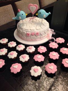 Bolo e cupcakes para jantar de noivado