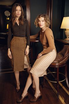 The soft tweed skirt is cut distinctive like men's trousers and fits perfectly thanks to the stitched folds. The slit cleverly reveals the view of the individually selectable underskirt and the embroidery on the back is captivating. The silhouette and length of the skirt are wonderful for every woman.