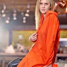 """Оранжевый - цвет апельсинов, мандаринов, огня и зимнего настроения!  В  нём  гармонично сплелись универсальность, сексапильность и  даже - высокий стиль) @LesSaisonsRusses  представляет новое прочтение «старого» фасона) На очаровательной Екатерине @eka_lazareva - платье – рубашка.  Она говорит, что ее выбор пал именно на эту модель потому, что """"рубашки прекрасно подходят для повседневных образов, а в межсезонье ее хочется носить с кожаными брюками и высокими ботфортами. А еще с  ней легко…"""