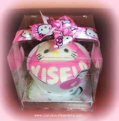 Cupcake con nombre, wrapper H.K. y cinta HK en cajita acetato transparente, tipo recordatorio